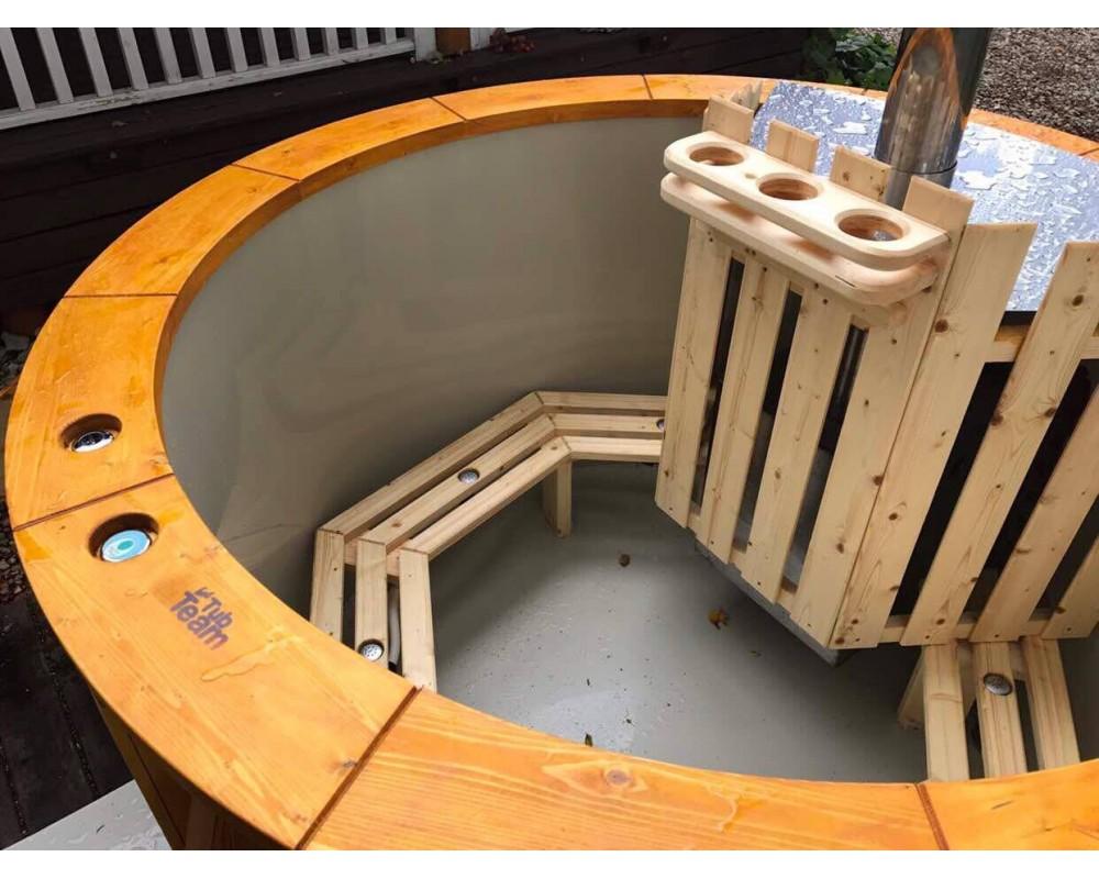 badezuber mit integriertem ofen die wanne ist f r 1 6 personen. Black Bedroom Furniture Sets. Home Design Ideas