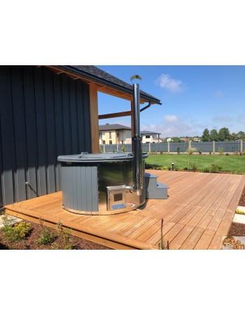 Der badezuber befindet sich auf einer ebenen Terrasse